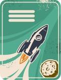 Tarjeta retra con el vuelo del cohete a través del espacio exterior Foto de archivo libre de regalías