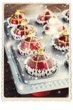 Tarjeta retra con los juguetes del árbol de abeto en molde para el horno La Navidad divertida Fotos de archivo