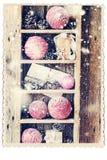Tarjeta retra con los regalos del vintage en estante de madera Nieve exhausta Fotos de archivo libres de regalías