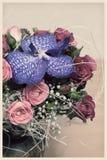 Tarjeta retra con un ramo de flores Imagen de archivo libre de regalías