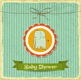 Tarjeta retra de la fiesta de bienvenida al bebé con el pequeño elefante Fotografía de archivo libre de regalías