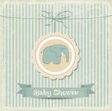 Tarjeta retra de la fiesta de bienvenida al bebé con el pequeño elefante Fotos de archivo libres de regalías