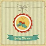 Tarjeta retra de la fiesta de bienvenida al bebé con los pequeños calcetines Imagen de archivo
