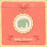 Tarjeta retra de la fiesta de bienvenida al bebé con el pequeño elefante Imagen de archivo libre de regalías