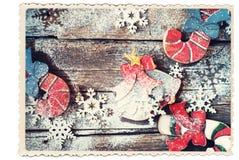 Tarjeta retra Juguetes del árbol de abeto de la Navidad en el escritorio de madera Imágenes de archivo libres de regalías