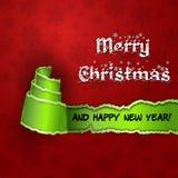 Tarjeta roja con el árbol de navidad hecho del papel rasgado Imagen de archivo