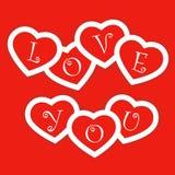 Tarjeta roja con los corazones de papel para el día de tarjetas del día de San Valentín Foto de archivo