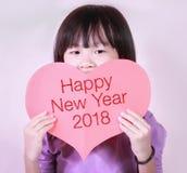 Tarjeta roja de la forma del corazón con la Feliz Año Nuevo 2018 Fotos de archivo