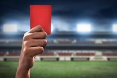 Tarjeta roja del control de la mano del árbitro del fútbol Fotografía de archivo libre de regalías