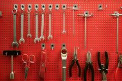 Tarjeta roja del metal de las herramientas de mano a las herramientas clasificadas foto de archivo libre de regalías