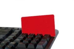 Tarjeta roja en teclado de ordenador Imágenes de archivo libres de regalías