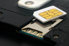 Tarjeta SIM y ranura para la tarjeta SIM dentro del teléfono móvil Fotos de archivo libres de regalías