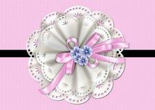 Tarjeta texturizada rosa con el cordón, la cinta y las flores Foto de archivo libre de regalías