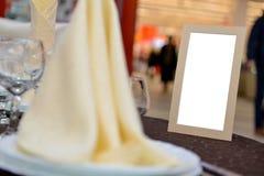 Tarjeta vacía colocada en una tabla de la boda Foto de archivo libre de regalías