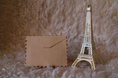 Tarjeta vacía del vintage con la figurilla de la torre Eiffel Imagen de archivo
