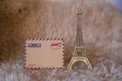 Tarjeta vacía del vintage con la figurilla de la torre Eiffel Imágenes de archivo libres de regalías
