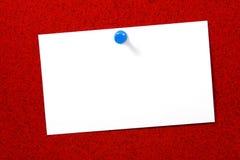 Tarjeta vacía sobre el corcho rojo horizontal Foto de archivo