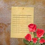 Tarjeta vieja del vintage con una rosa hermosa del rojo en el papel Fotos de archivo libres de regalías