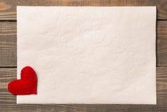 Tarjeta vieja en la madera envejecida adornada Imagenes de archivo