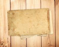 Tarjeta vieja en tablones de madera Imágenes de archivo libres de regalías