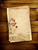 Tarjeta vieja en tablones de madera Foto de archivo