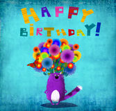 Tarjeta Violet Cat With Flowers del feliz cumpleaños Imágenes de archivo libres de regalías