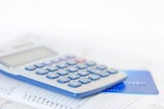 Tarjeta y calculadora de crédito en un diario Fotos de archivo libres de regalías