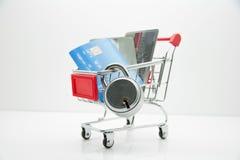 Tarjeta y cerradura de crédito en el carro de la compra aislado en el fondo blanco Fotos de archivo libres de regalías