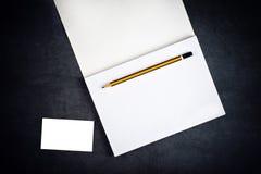 Tarjeta y cuaderno de visita corporativa en blanco para calificar imagenes de archivo