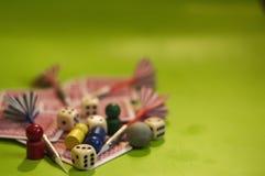 Tarjeta, y elementos del juego de mesa fotografía de archivo
