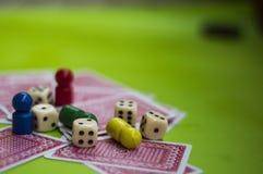 Tarjeta, y elementos del juego de mesa foto de archivo