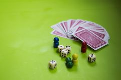 Tarjeta, y elementos del juego de mesa fotos de archivo