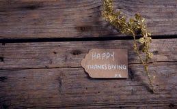 Tarjeta y flora de la acción de gracias en tablón de madera Foto de archivo libre de regalías