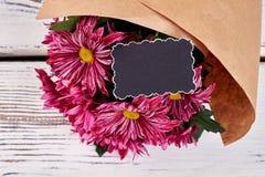 Tarjeta y flores de felicitación Fotos de archivo libres de regalías