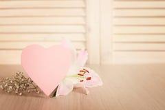Tarjeta y flores del día de tarjetas del día de San Valentín Fotografía de archivo libre de regalías