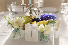 Tarjeta y flores del número de la tabla Foto de archivo libre de regalías