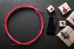 Tarjeta y la Navidad de felicitación del Año Nuevo, en fondo negro con el espacio de mensaje para amados Fotos de archivo libres de regalías