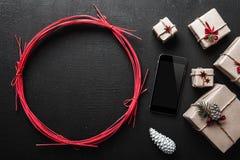 Tarjeta y la Navidad de felicitación del Año Nuevo, en fondo negro con el espacio para el mensaje doble Fotografía de archivo