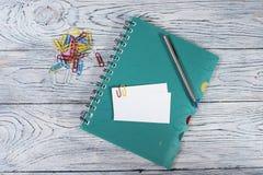 Tarjeta y libreta en blanco, muchos clips de la visita Fotos de archivo libres de regalías