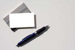 Tarjeta y pluma en blanco de visita con el camino de recortes. Fotografía de archivo