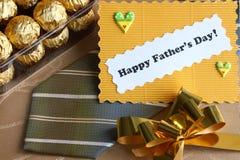 Tarjeta y regalos - foto común del día de padres Imagen de archivo libre de regalías