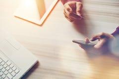 Tarjeta y smartphone de crédito en manos Ordenador portátil y tableta en la tabla Compras del web Foto de archivo libre de regalías