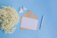 Tarjeta y sobre blancos de felicitación de la maqueta con la hortensia de la flor blanca fotografía de archivo libre de regalías