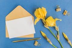 Tarjeta y sobre blancos de felicitación de la maqueta fotografía de archivo