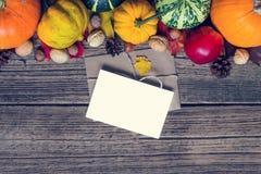 Tarjeta y sobre en blanco de felicitación con el fondo de Autumn Fall de la acción de gracias Foto de archivo