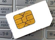 Tarjeta y teléfono de Sim Imagen de archivo libre de regalías