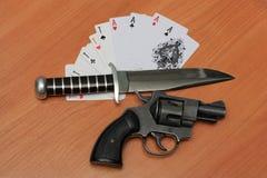 Tarjetas, arma y cuchillo Foto de archivo libre de regalías