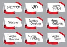 Tarjetas blancas del saludo y de la invitación con vector rojo de la cinta Imagenes de archivo