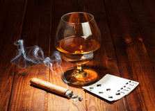 Tarjetas, cigarro y vidrio de whisky Fotografía de archivo libre de regalías