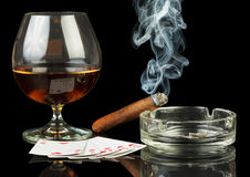 Tarjetas, cigarro y vidrio de whisky Imágenes de archivo libres de regalías